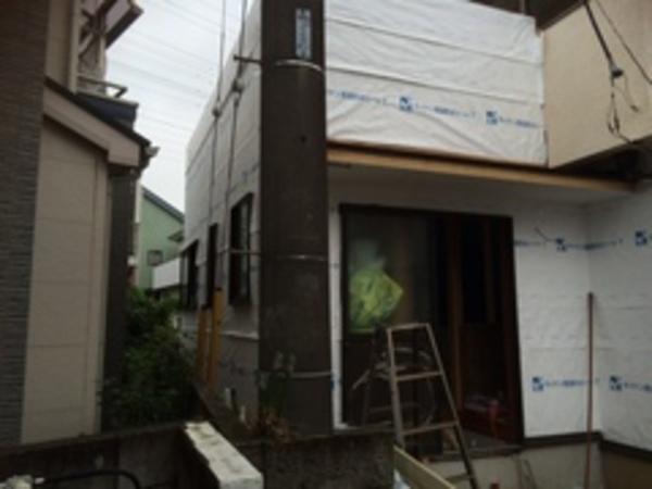 外壁に防水シートが張られました。
